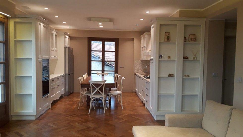cucina con tavolo e 8 sedie