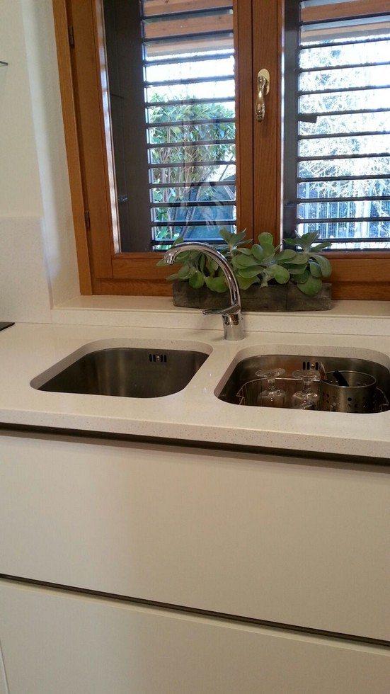lavandino e finestra