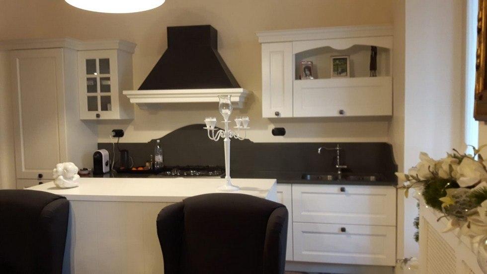 tavolo bianco con candeliere e altri mobili bianchi