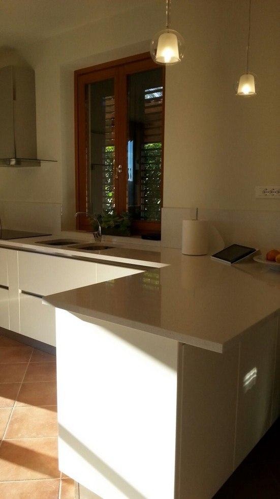 particolare cucina bianca ad angolo