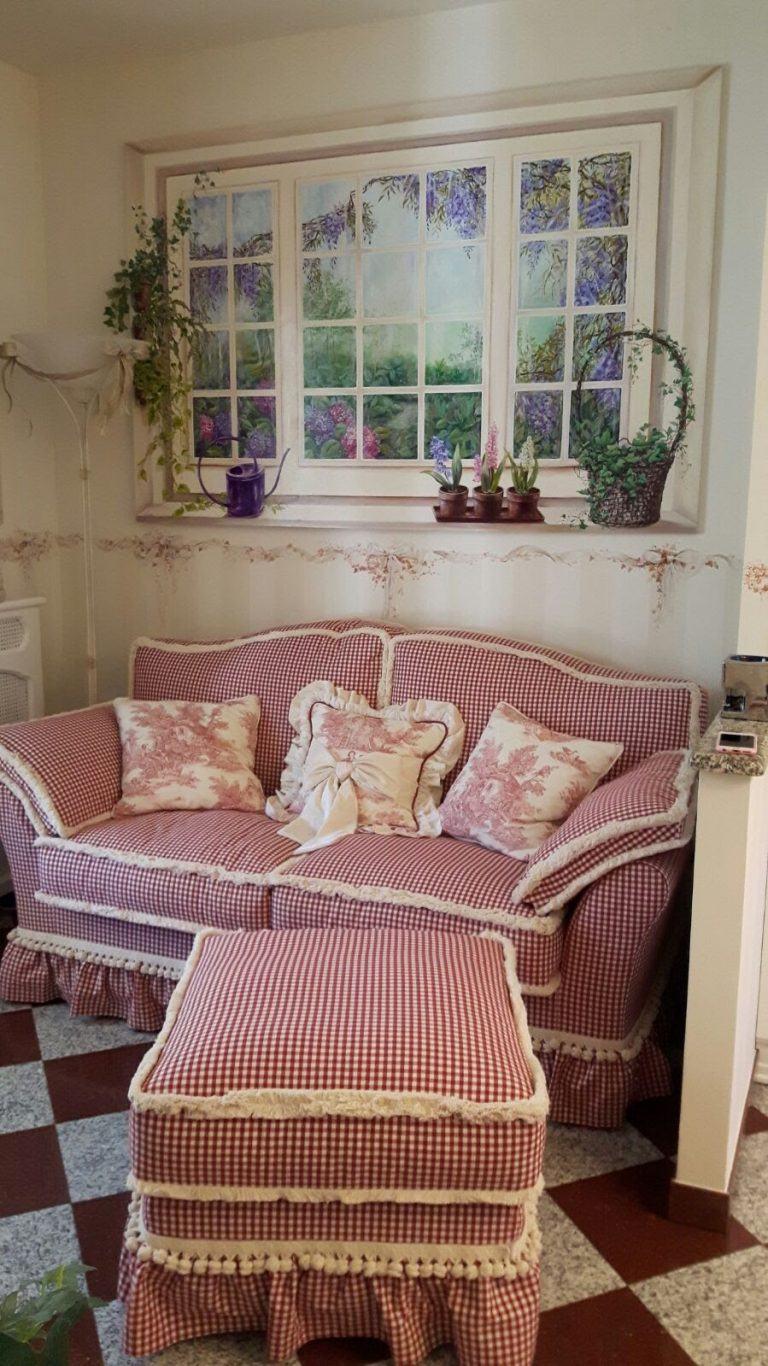 Angolo del divano accogliente con i trompe-l'oeil