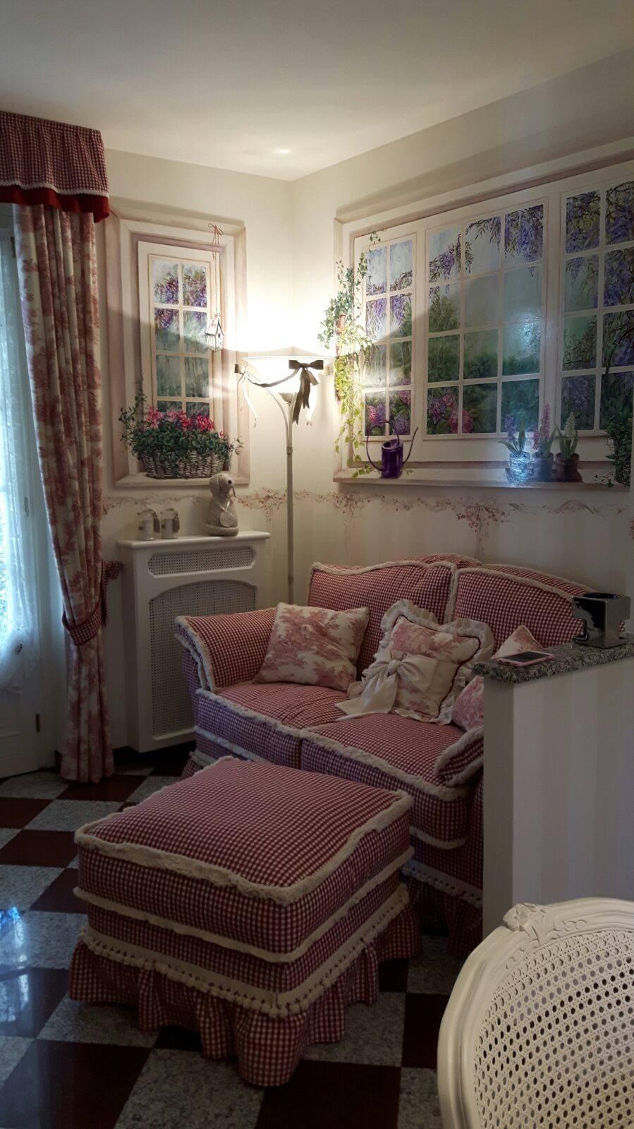 Accogliente angolo del divano con i trompe-l'oeil
