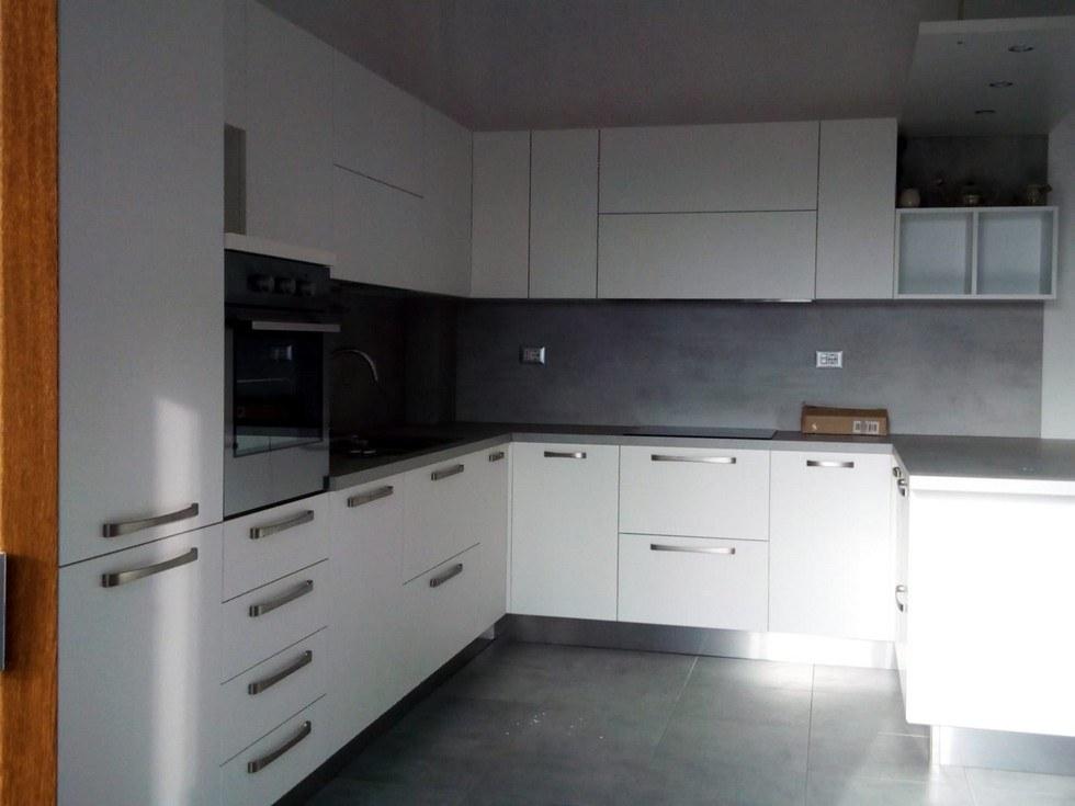 cucina-bianca-e-grigia