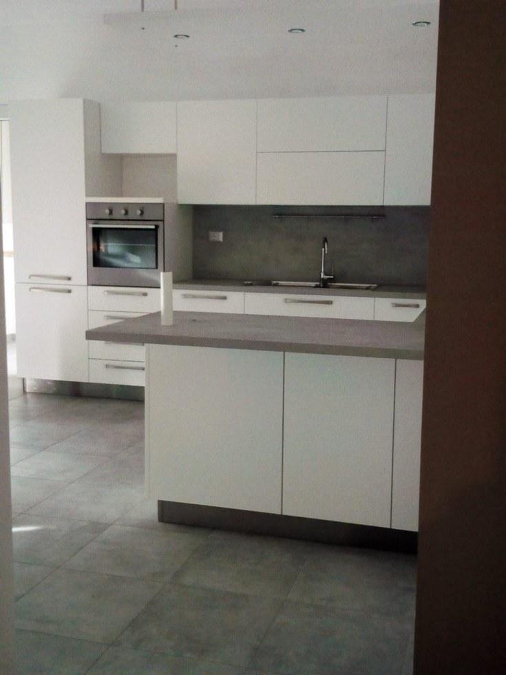 cucina con mobili e forno incassato, bianca