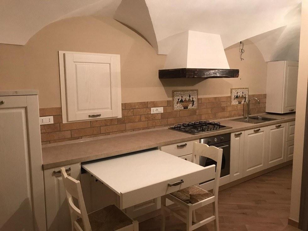 cucina-rustica con tavolo salvaspazio